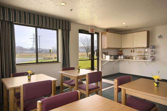 Travelodge by Wyndham Hudsonville: Breakfast Area