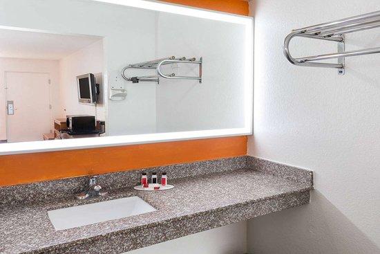 Howard Johnson by Wyndham Port Richey: Guest room bath