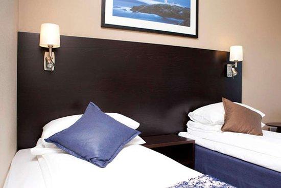 Floro, Norwegen: Guest room with two beds