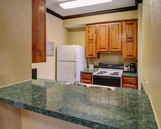 Rowlett, TX: kitchena rea with breakfast bar