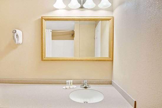 Howard Johnson by Wyndham Bethel: Bathroom