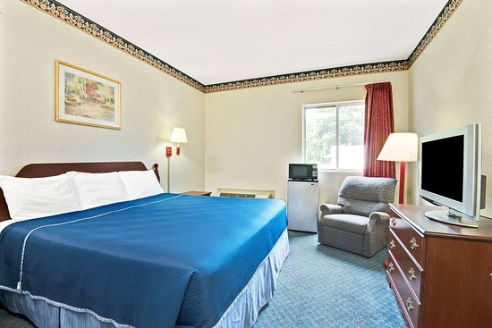 Howard Johnson by Wyndham Bethel: 1 King Bed Room