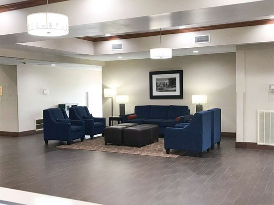 Comfort Suites: Spacious lobby with sitting area
