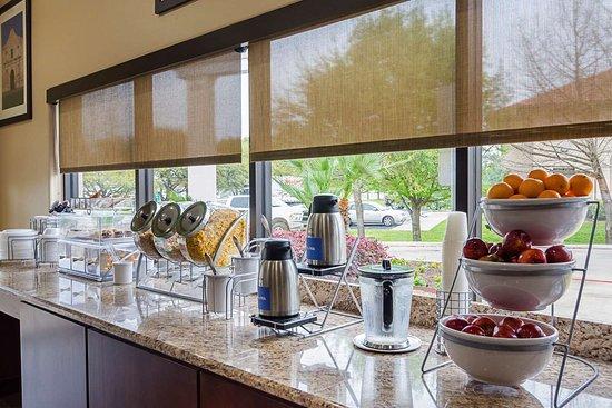 Quality Suites North IH 35: Breakfast area