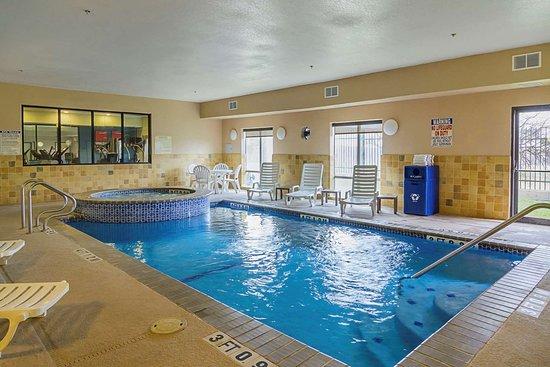 Quality Suites North IH 35: Indoor pool