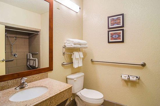Quality Suites North IH 35: Bathroom in guest room