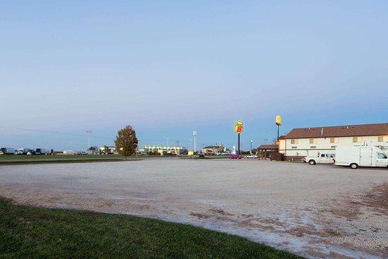 Mendota, IL: Truck Parking
