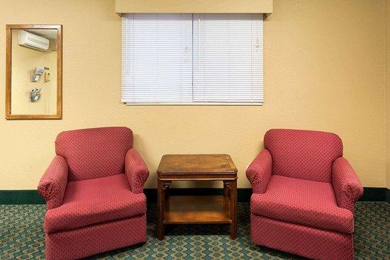 Mendota, IL: Lobby