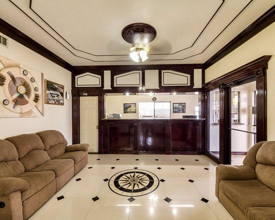 Three Rivers, TX: Spacious lobby with sitting area