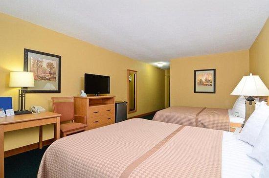 Iola, KS : Two Queen Beds