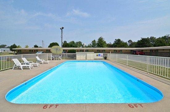 Iola, KS : Pool