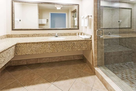 Howard Johnson by Wyndham Pasadena: Bathroom