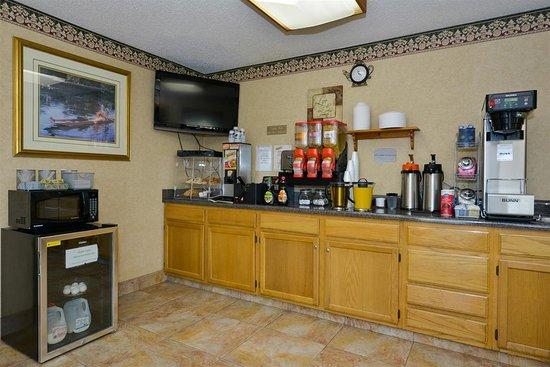 Harrisonville, MO: Breakfast Area