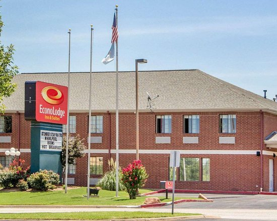 Econolodge Inn and Suites: Hotel exterior