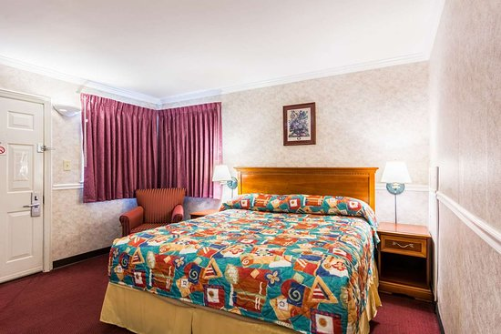 Rodeway Inn: Spacious king room