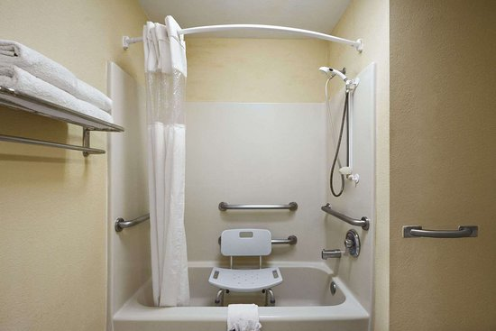 Travelodge by Wyndham Covington: ADA Bathroom