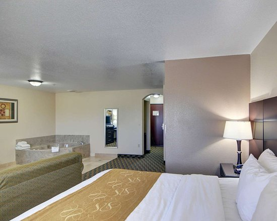 Comfort Suites Benbrook: King suite with hot tub