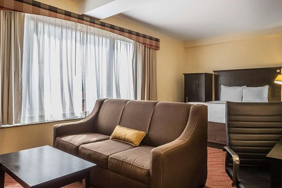 Maspeth, NY: Well-equipped guest room