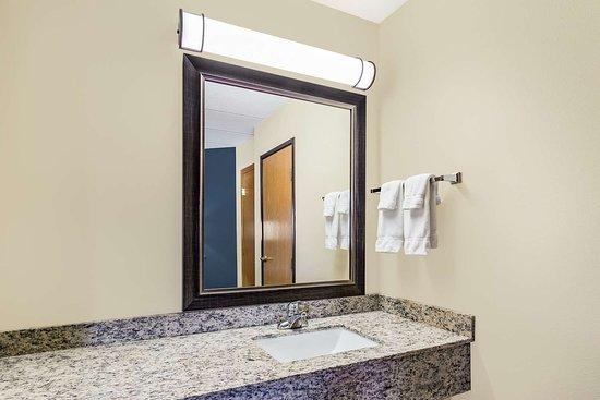 Princeton, MN: Guest room bath