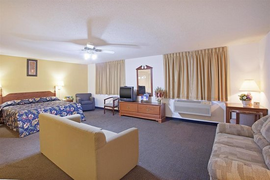 Lake Mills, WI: One King Bed Suite Jacuzzi