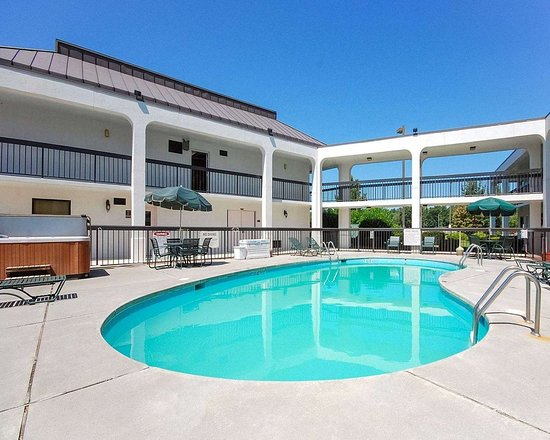 Quality Inn Christiansburg: Outdoor pool with sundeck
