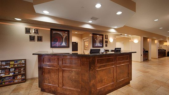Best Western Plus Castlerock Inn & Suites: Front Desk