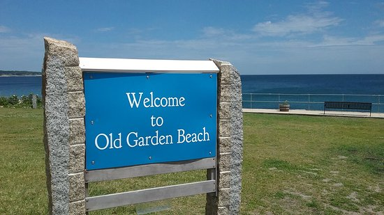 Rockport, MA: Here is the sign to enter the park, the beach is off to the right as you are facing the ocean.