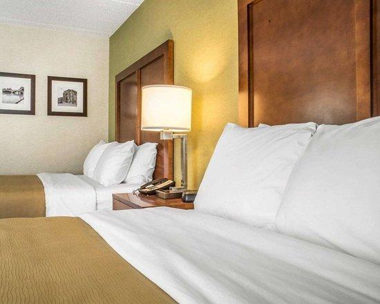 Comfort Inn Jamestown Falconer: Guest room with queen beds