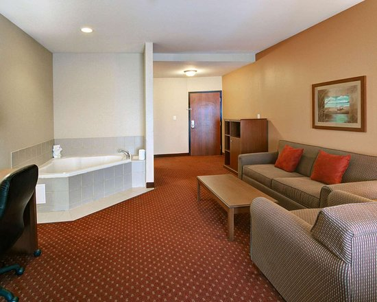Mabank, TX: King suite with whirlpool bathtub