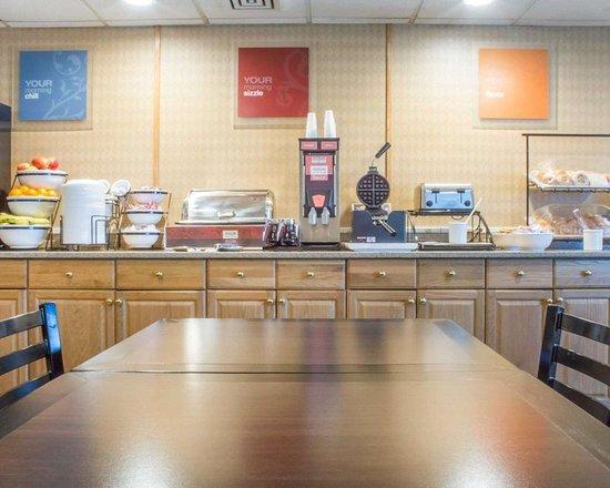 Comfort Inn West: Free hot breakfast