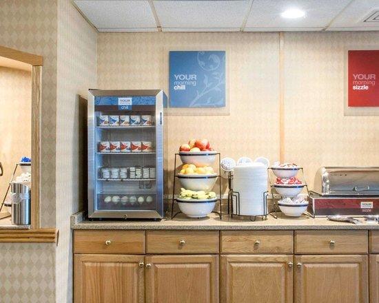 Comfort Inn West: Assorted breakfast items