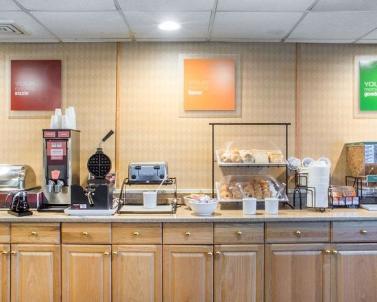 Comfort Inn West: Free breakfast with waffles