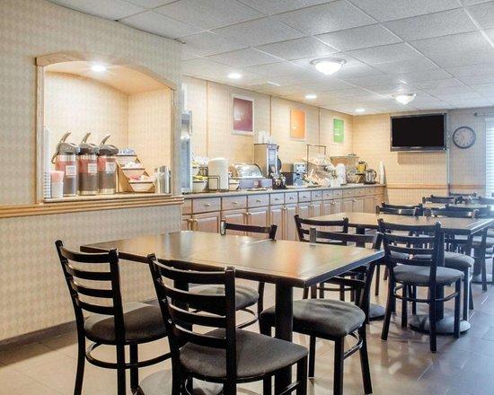 Comfort Inn West: Enjoy breakfast in this seating area