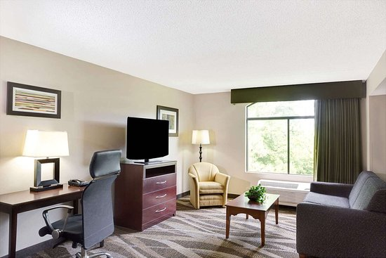 Wingate by Wyndham Raleigh Durham / Airport : 1 King Bed Suite
