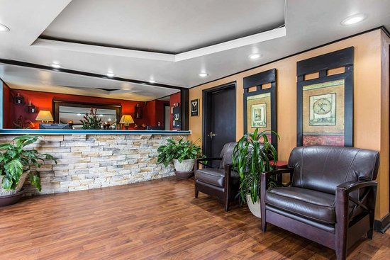 Quality Inn Goose Creek : Lobby with sitting area