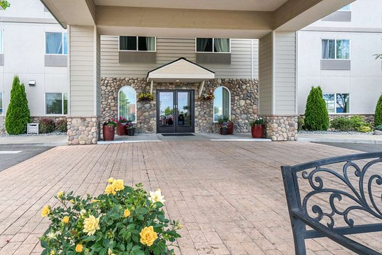 Quality Inn & Suites at Olympic National Park: Hotel entrance