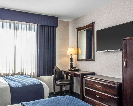 Floral Park, NY: Guest room with flat-screen television