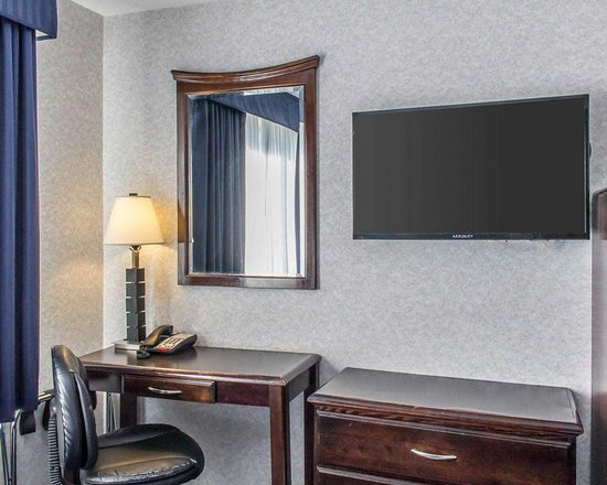 Floral Park, NY: Spacious room with flat-screen television