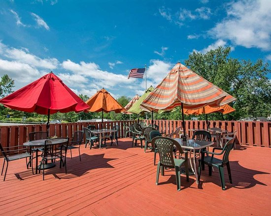 Lakeville, Nova York: Relax on the hotel patio