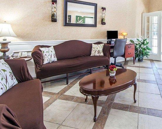 Quality Inn Decherd: Lobby with sitting area