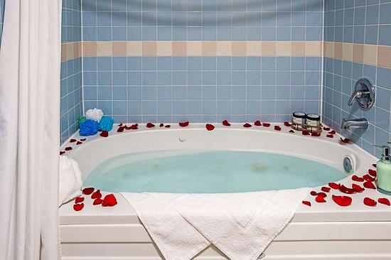 Pacific, WA: King suite with whirlpool bathtub