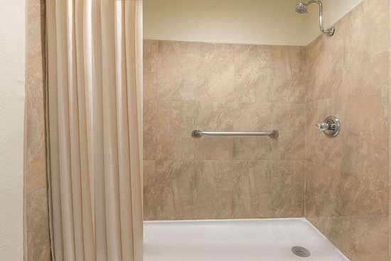 Slaton, TX: Guest room bath