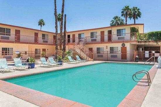 Knights Inn Palm Springs : Pool