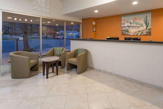 Knights Inn Palm Springs : Lobby