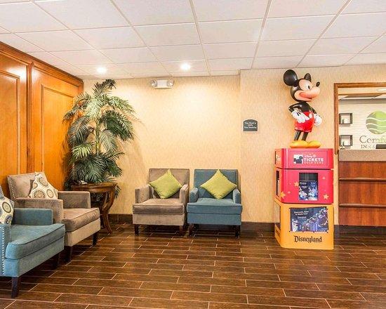 The Comfort Inn & Suites Anaheim, Disneyland Resort: Lobby with sitting area