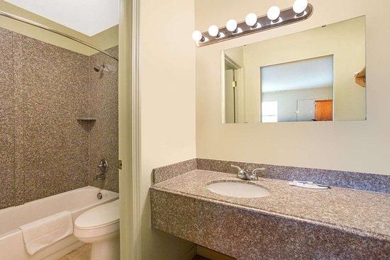 Glade Spring, VA: Guest room bath