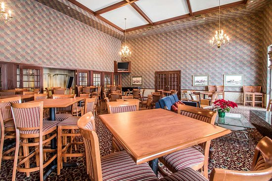 Comfort Suites Madison West: Enjoy breakfast in this seating area