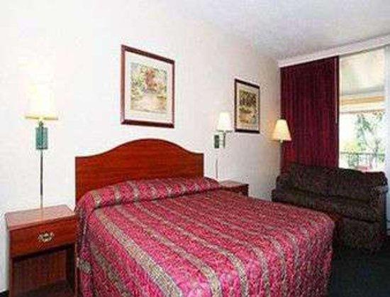 Oakley, KS: 1 King Bed Room