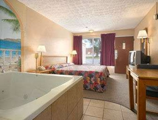 Moraine, OH: King Bed Room With Hot Tub