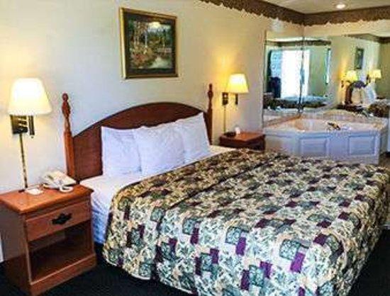 Sandersville, GA: 1 Bed Jacuzzi Room